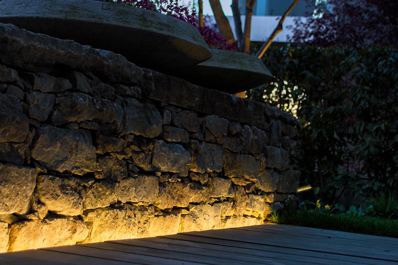 Beleuchtungskonzept-Landschaftsarchitektur-Wohnüberbauung-Mauerbeleuchtung